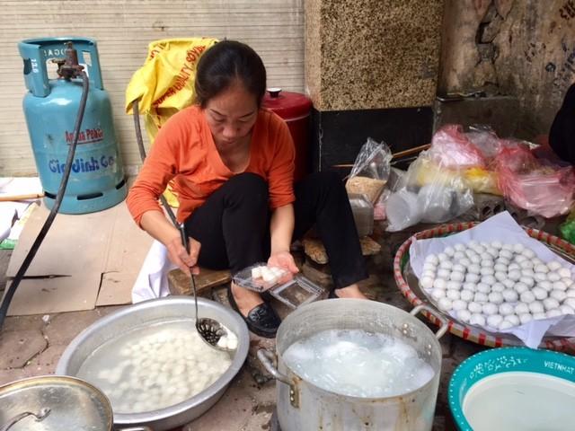 Đường phố Hà Nội ngập tràn không khí Tết Hàn thực ảnh 7