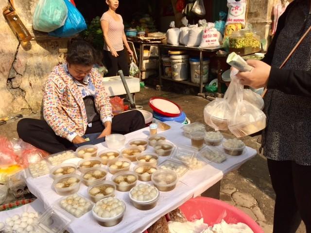 Đường phố Hà Nội ngập tràn không khí Tết Hàn thực ảnh 5