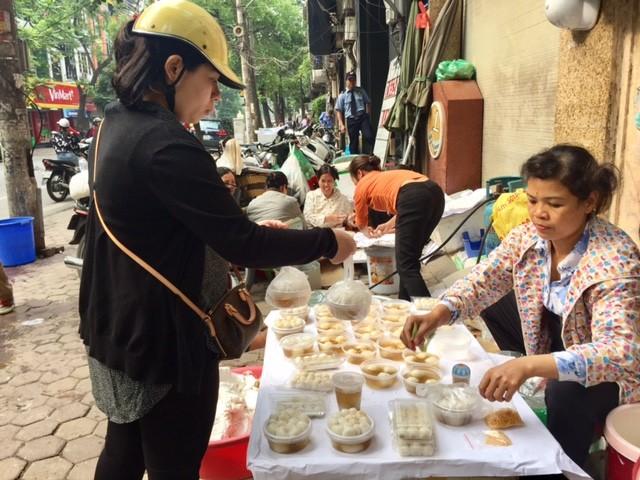 Đường phố Hà Nội ngập tràn không khí Tết Hàn thực ảnh 4
