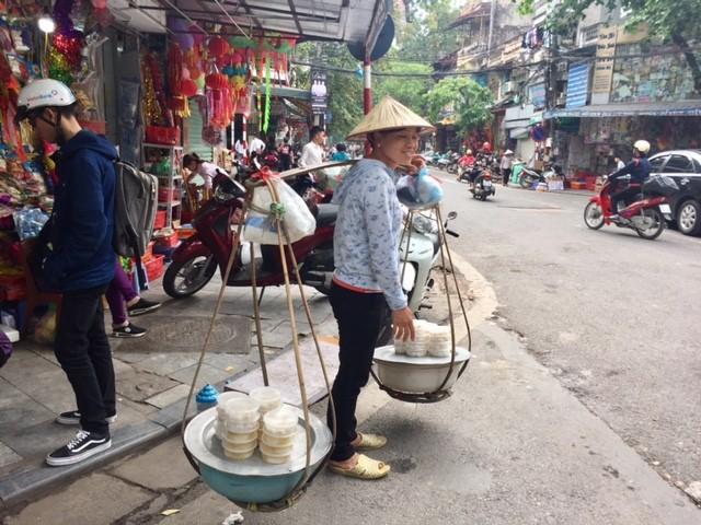 Đường phố Hà Nội ngập tràn không khí Tết Hàn thực ảnh 8