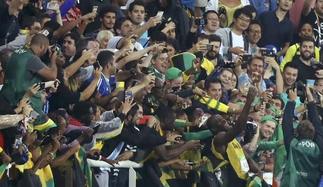 Usain Bolt được nữ CĐV cầu hôn sau khi giành HCV ảnh 9