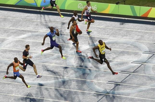 Usain Bolt được nữ CĐV cầu hôn sau khi giành HCV ảnh 1