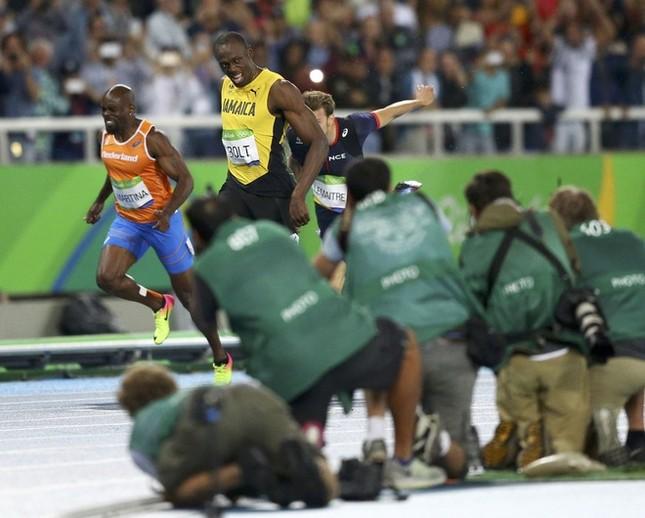 Usain Bolt được nữ CĐV cầu hôn sau khi giành HCV ảnh 2