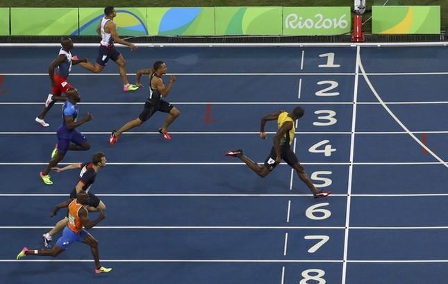 Usain Bolt được nữ CĐV cầu hôn sau khi giành HCV ảnh 3