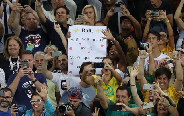 Usain Bolt được nữ CĐV cầu hôn sau khi giành HCV ảnh 6