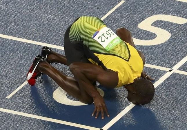 Usain Bolt được nữ CĐV cầu hôn sau khi giành HCV ảnh 7