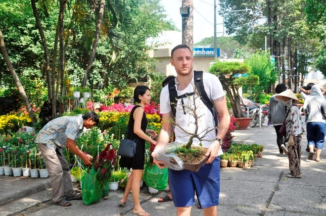 Đường phố Sài Gòn ngập hoa, nhộn nhịp không khí Tết ảnh 1