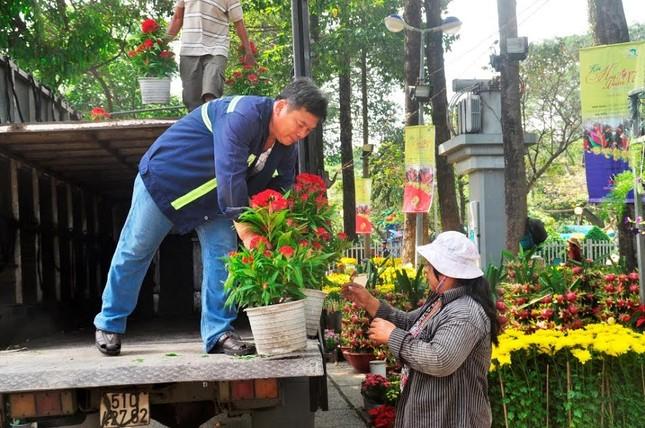 Đường phố Sài Gòn ngập hoa, nhộn nhịp không khí Tết ảnh 9