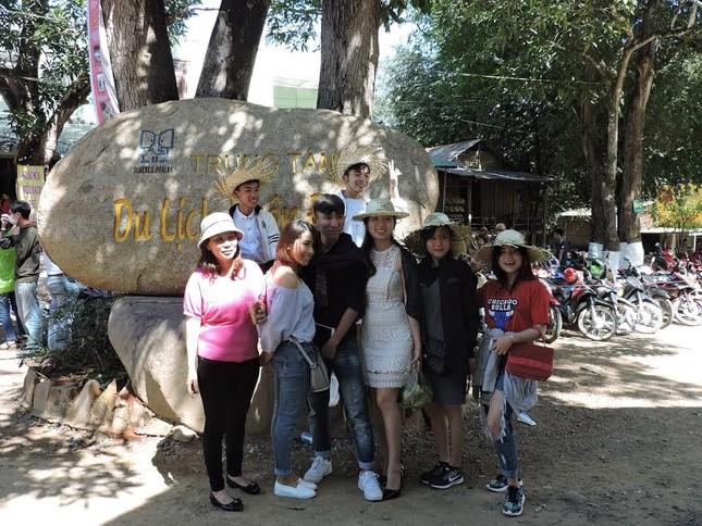 Hàng nghìn du khách đến Buôn Đôn cưỡi voi ảnh 4