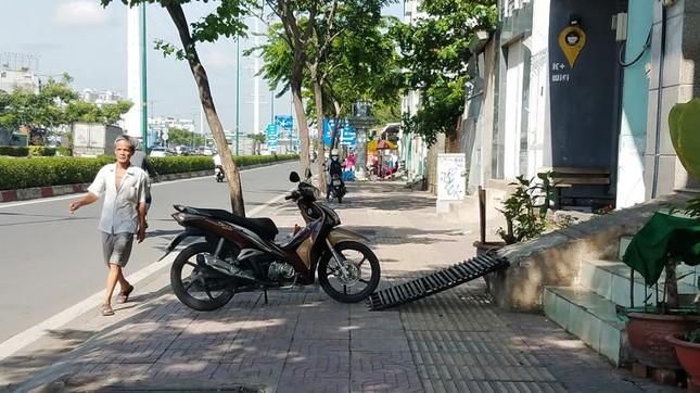 Mục kích tam cấp 'nuốt' vỉa hè trên đường đẹp nhất Sài Gòn ảnh 11