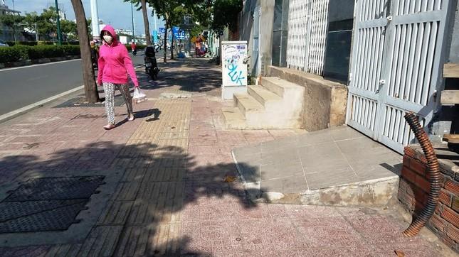 Mục kích tam cấp 'nuốt' vỉa hè trên đường đẹp nhất Sài Gòn ảnh 12