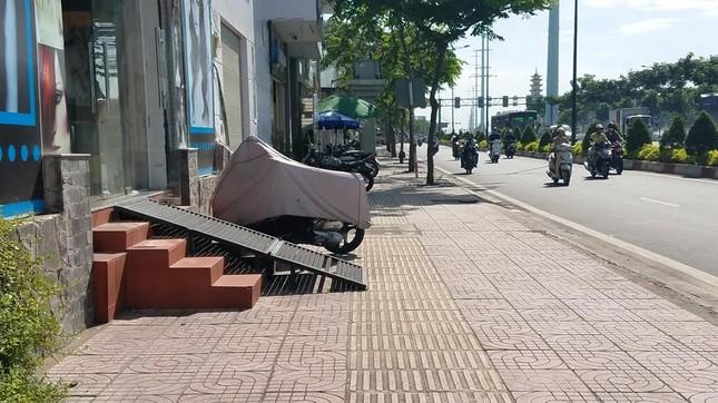 Mục kích tam cấp 'nuốt' vỉa hè trên đường đẹp nhất Sài Gòn ảnh 13