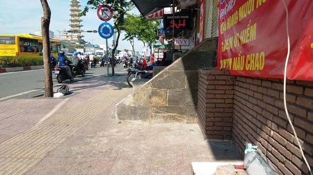 Mục kích tam cấp 'nuốt' vỉa hè trên đường đẹp nhất Sài Gòn ảnh 14