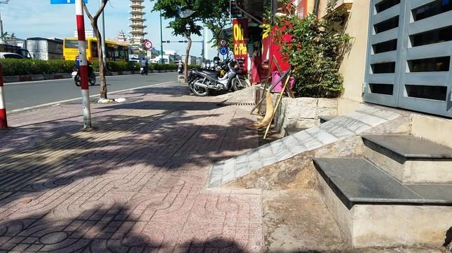 Mục kích tam cấp 'nuốt' vỉa hè trên đường đẹp nhất Sài Gòn ảnh 2