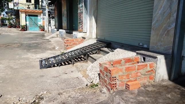 Mục kích tam cấp 'nuốt' vỉa hè trên đường đẹp nhất Sài Gòn ảnh 3