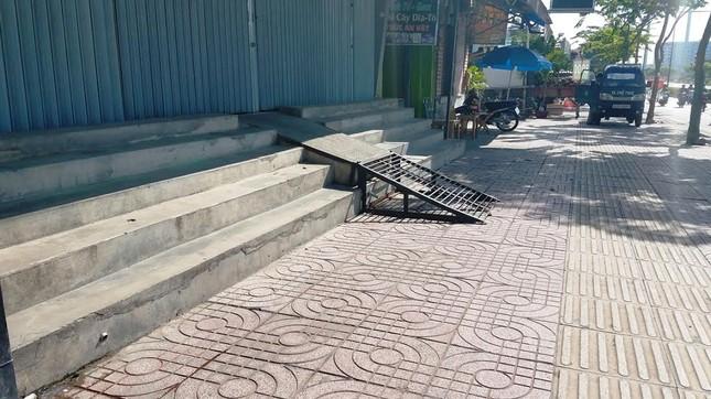 Mục kích tam cấp 'nuốt' vỉa hè trên đường đẹp nhất Sài Gòn ảnh 6
