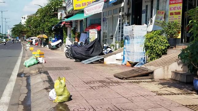Mục kích tam cấp 'nuốt' vỉa hè trên đường đẹp nhất Sài Gòn ảnh 7