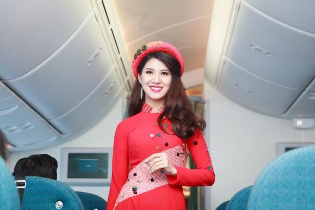 Tiếp viên Vietnam Airlines trình diễn áo dài trên độ cao 10.000m ảnh 1