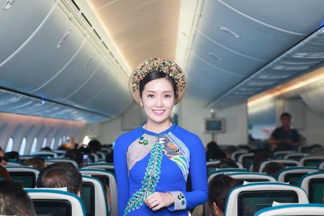 Tiếp viên Vietnam Airlines trình diễn áo dài trên độ cao 10.000m ảnh 2