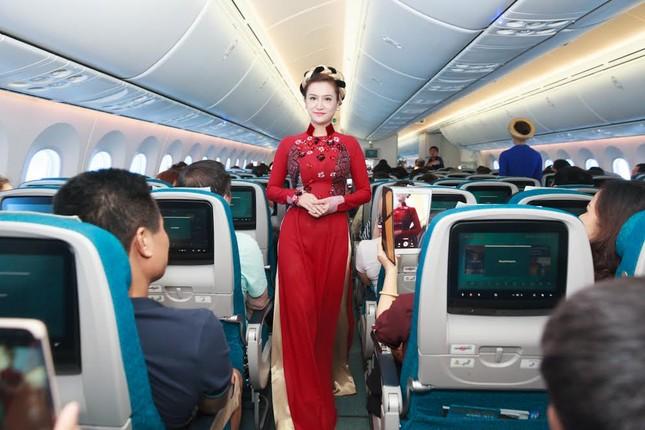 Tiếp viên Vietnam Airlines trình diễn áo dài trên độ cao 10.000m ảnh 3