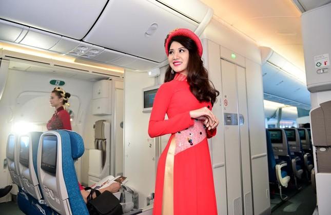 Tiếp viên Vietnam Airlines trình diễn áo dài trên độ cao 10.000m ảnh 4