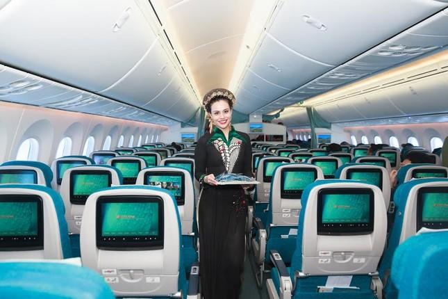 Tiếp viên Vietnam Airlines trình diễn áo dài trên độ cao 10.000m ảnh 5