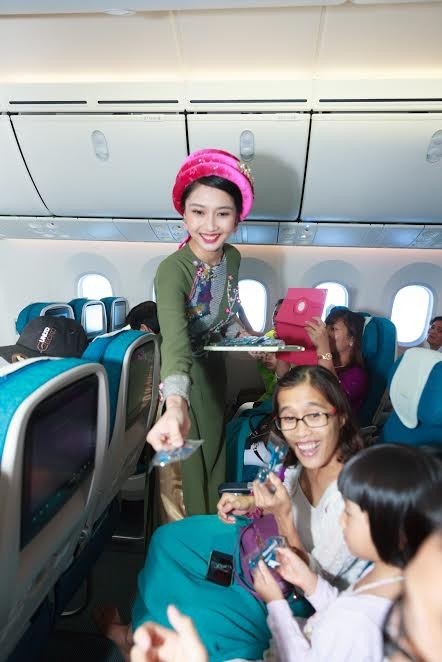 Tiếp viên Vietnam Airlines trình diễn áo dài trên độ cao 10.000m ảnh 6