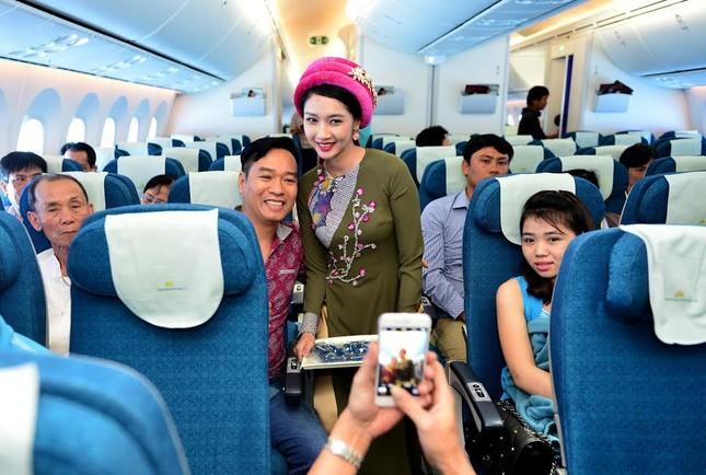 Tiếp viên Vietnam Airlines trình diễn áo dài trên độ cao 10.000m ảnh 7