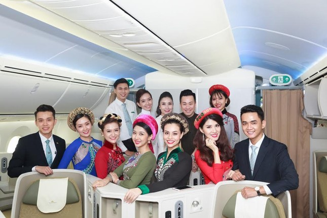 Tiếp viên Vietnam Airlines trình diễn áo dài trên độ cao 10.000m ảnh 8