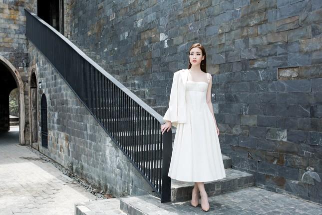 Hoa hậu Mỹ Linh diện đầm cúp ngực đi chấm thi The Face ảnh 1