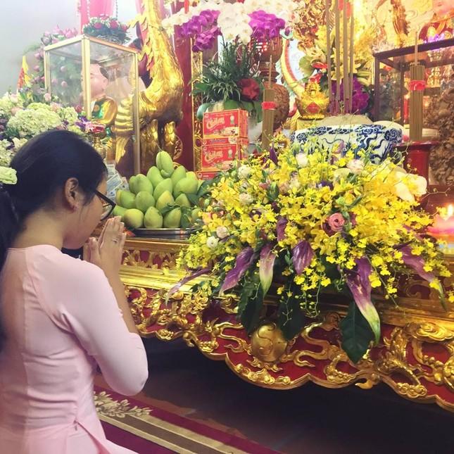 Dàn nghệ sĩ nổi tiếng về nhà thờ Tổ của Hoài Linh dâng hương ảnh 5