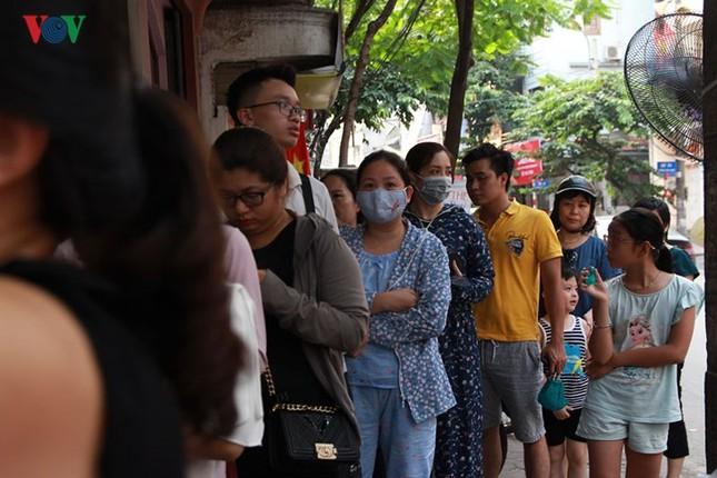 Dân Thủ đô bế con nhỏ, xếp hàng dài mua bánh Trung thu ảnh 10