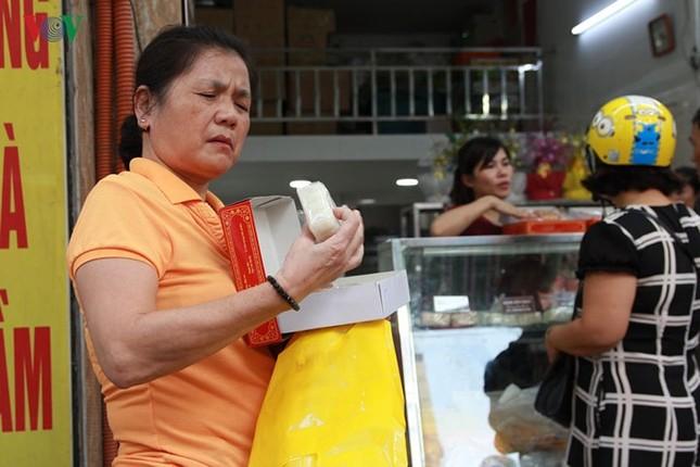 Dân Thủ đô bế con nhỏ, xếp hàng dài mua bánh Trung thu ảnh 11
