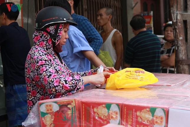 Dân Thủ đô bế con nhỏ, xếp hàng dài mua bánh Trung thu ảnh 12