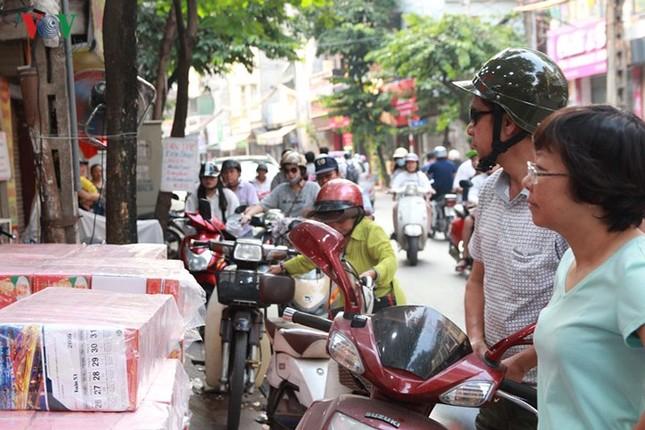 Dân Thủ đô bế con nhỏ, xếp hàng dài mua bánh Trung thu ảnh 13