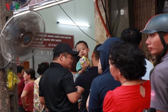 Dân Thủ đô bế con nhỏ, xếp hàng dài mua bánh Trung thu ảnh 1