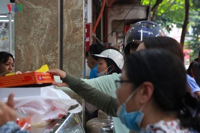 Dân Thủ đô bế con nhỏ, xếp hàng dài mua bánh Trung thu ảnh 2