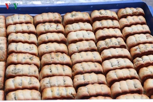 Dân Thủ đô bế con nhỏ, xếp hàng dài mua bánh Trung thu ảnh 3
