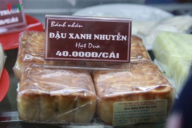 Dân Thủ đô bế con nhỏ, xếp hàng dài mua bánh Trung thu ảnh 4