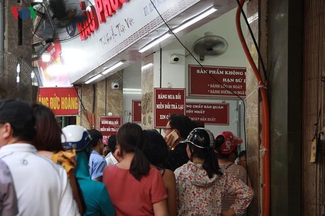 Dân Thủ đô bế con nhỏ, xếp hàng dài mua bánh Trung thu ảnh 5