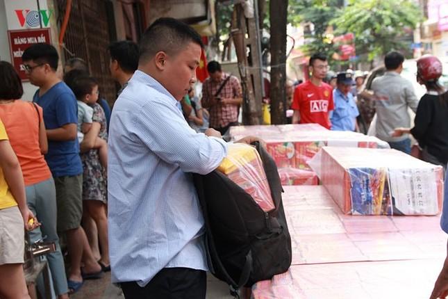 Dân Thủ đô bế con nhỏ, xếp hàng dài mua bánh Trung thu ảnh 6
