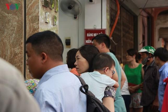 Dân Thủ đô bế con nhỏ, xếp hàng dài mua bánh Trung thu ảnh 7