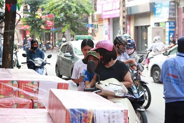 Dân Thủ đô bế con nhỏ, xếp hàng dài mua bánh Trung thu ảnh 8