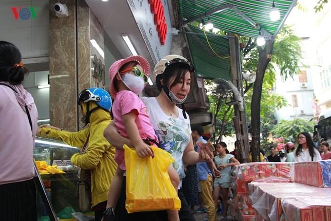 Dân Thủ đô bế con nhỏ, xếp hàng dài mua bánh Trung thu ảnh 9