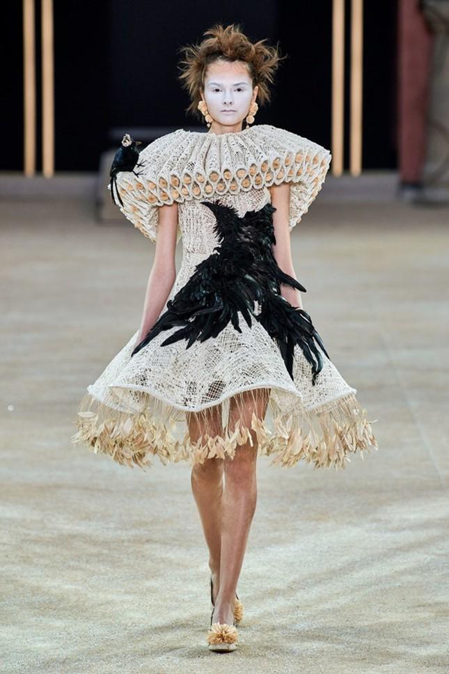 Mẫu nữ diện váy hình cỗ quan tài trên sàn diễn gây choáng ảnh 9