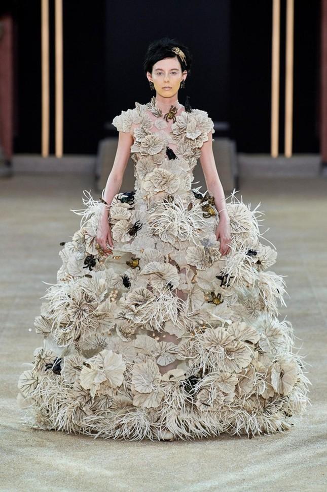 Mẫu nữ diện váy hình cỗ quan tài trên sàn diễn gây choáng ảnh 7
