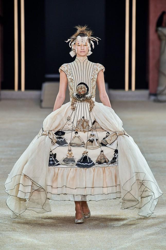 Mẫu nữ diện váy hình cỗ quan tài trên sàn diễn gây choáng ảnh 8