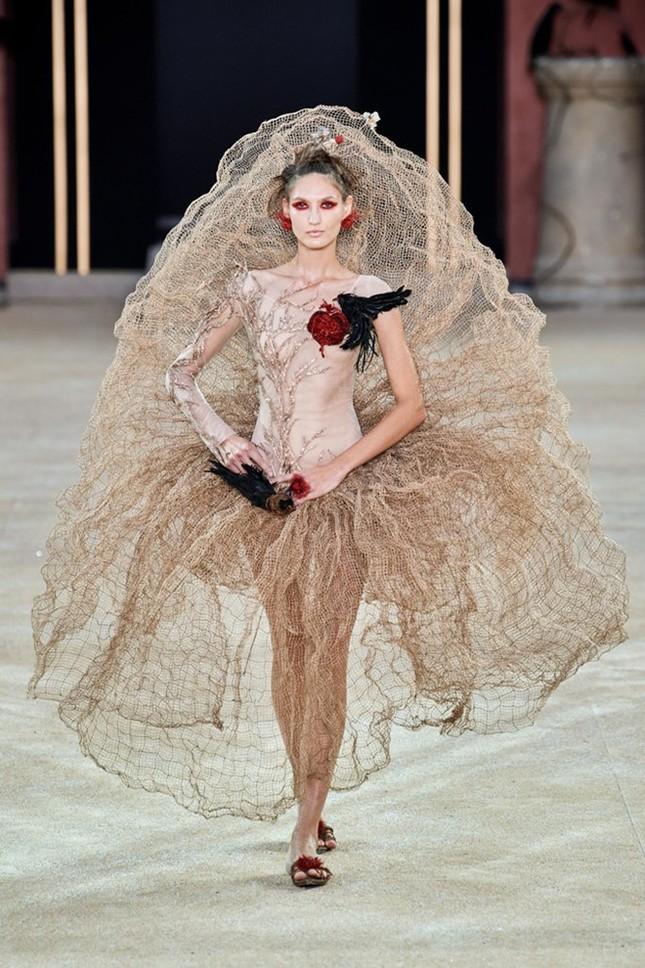 Mẫu nữ diện váy hình cỗ quan tài trên sàn diễn gây choáng ảnh 4
