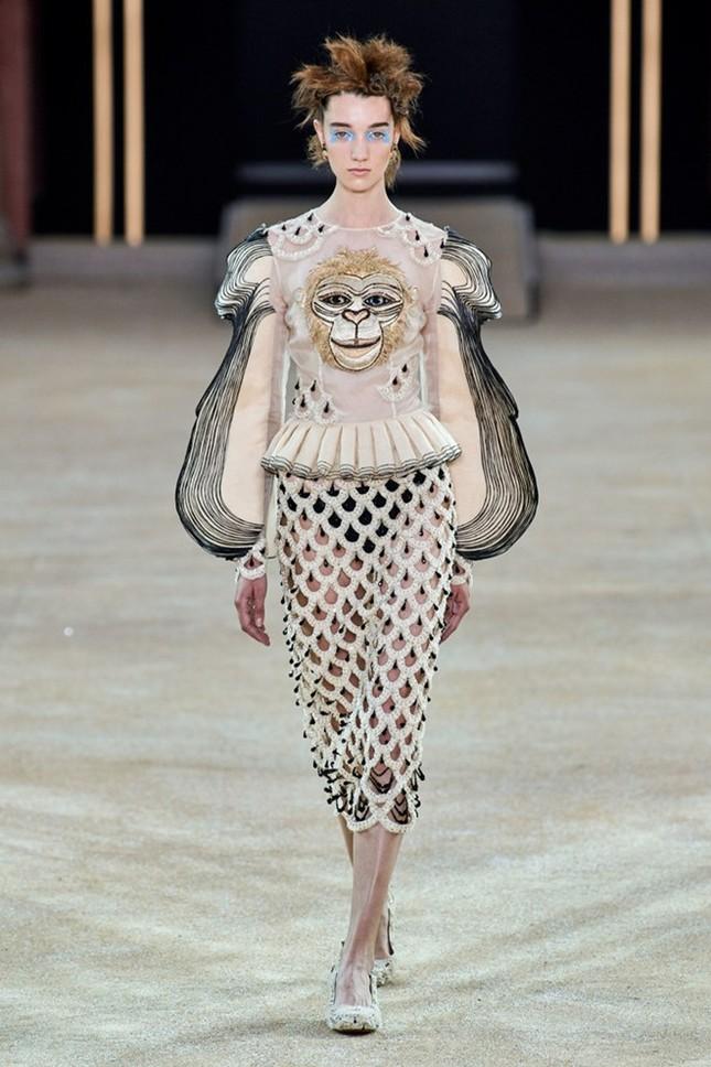 Mẫu nữ diện váy hình cỗ quan tài trên sàn diễn gây choáng ảnh 10