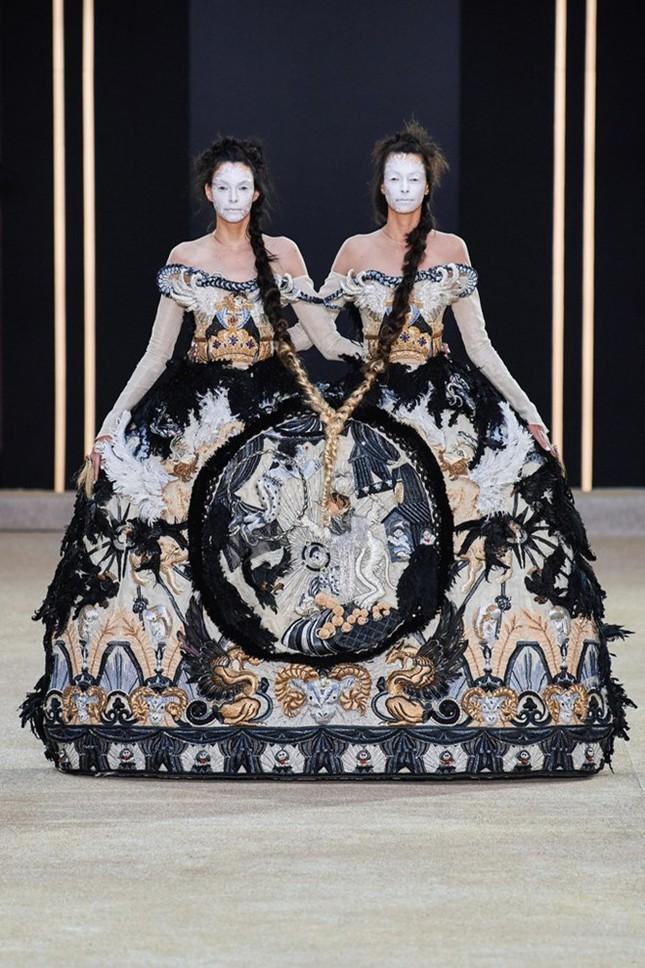 Mẫu nữ diện váy hình cỗ quan tài trên sàn diễn gây choáng ảnh 3